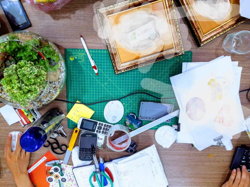 Trên bàn làm việc của shop thiết kế 3D - in3D Plus